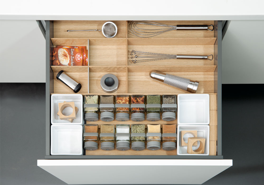 Abbildung Küchenausstattung Schublade Massivholzeinsätze