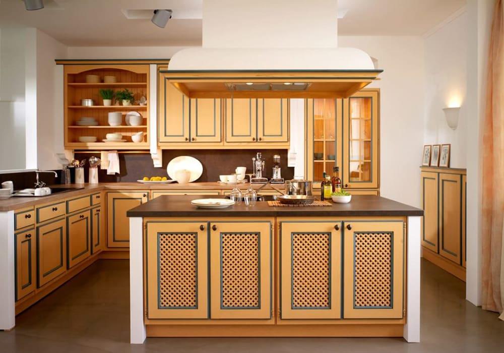 Abbildung BAX Massivholzküche im Landhausstill mit Kücheninsel in Gelbton