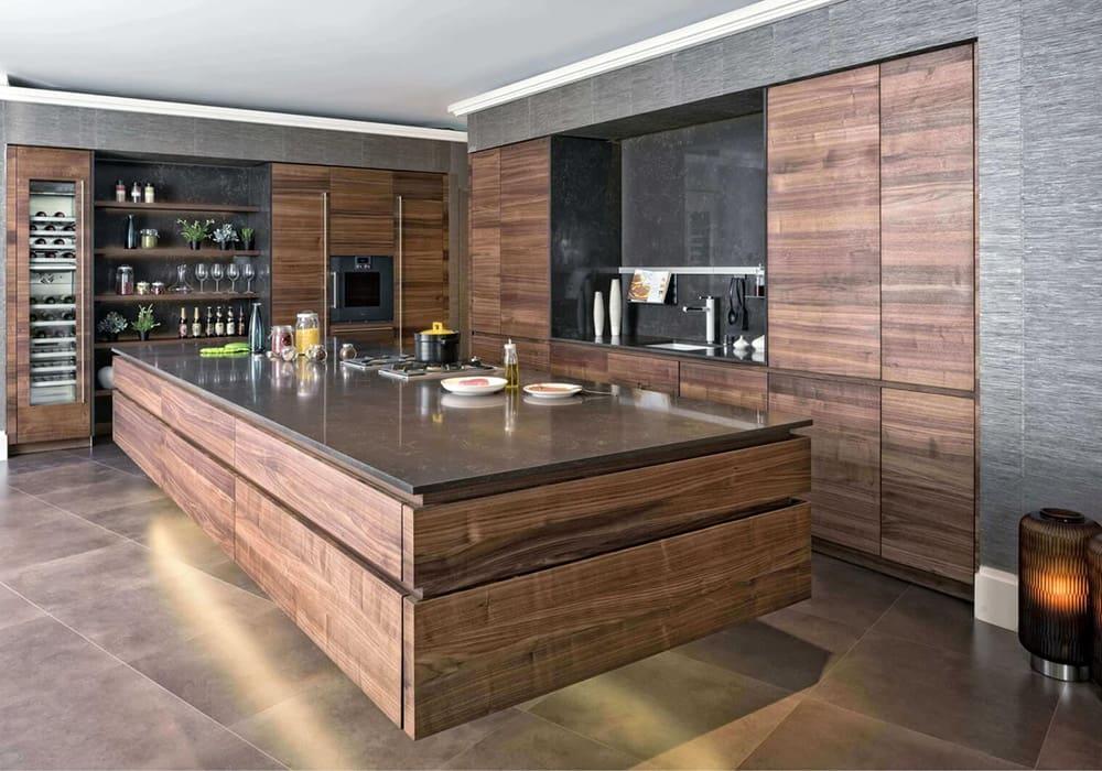 Abbildung Massivholzküche Bax in dunkelbraun mit großer Kücheninsel